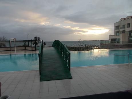 ホテルのプールに夕日