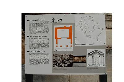 ハドリアヌス神殿の看板