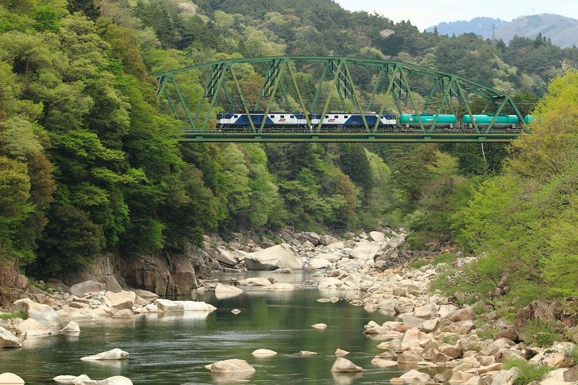新緑の行路、若葉の谷、芽吹きの鉄橋・・そんなところかな?