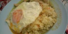 ぶっかけめし:炒飯、グリーンカレー、目玉焼き、辛め肉炒め