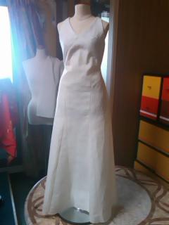 バストにラインを入れたドレス。