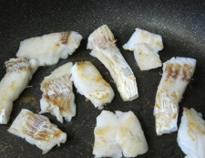 厚揚げと白身魚のピリ辛炒め フライパン①
