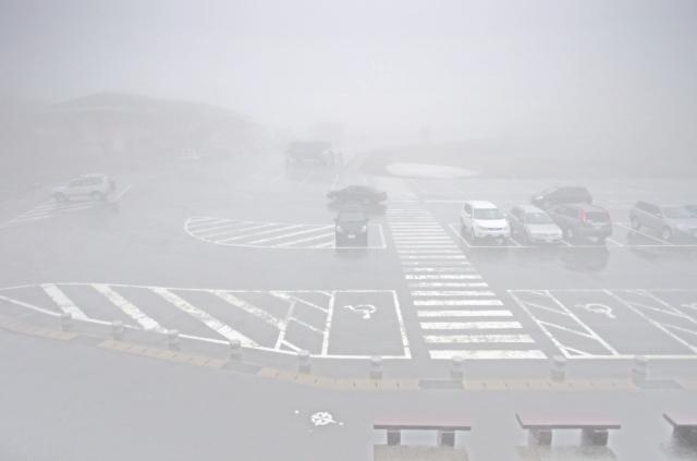 霧の浄土平駐車場