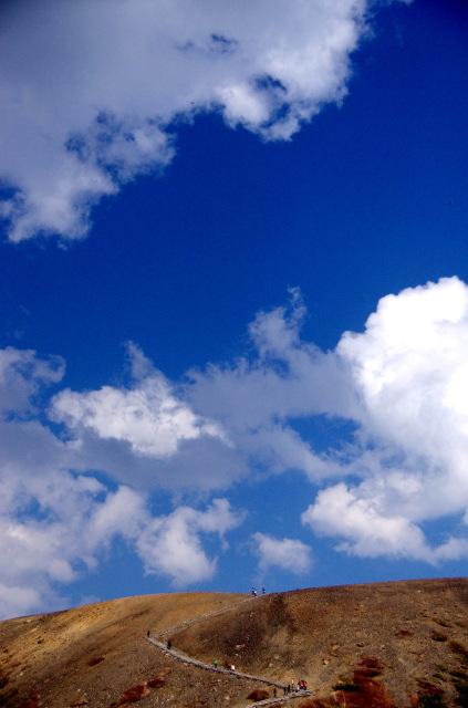 夏も近づく流れ雲