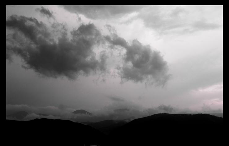 梅雨空に沈む