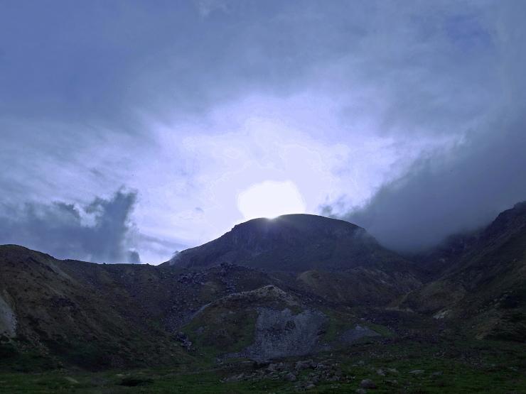 一切経山に日が沈む