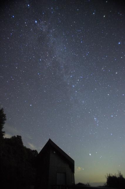 三角屋根と秋の銀河