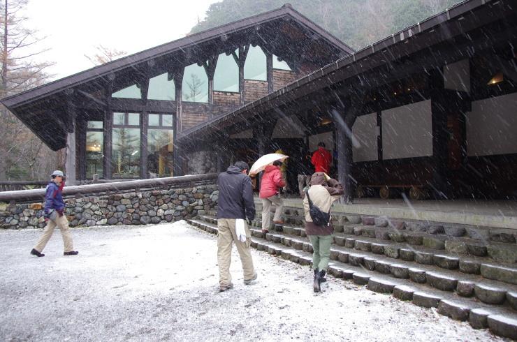 雪の上高地ビジターセンター