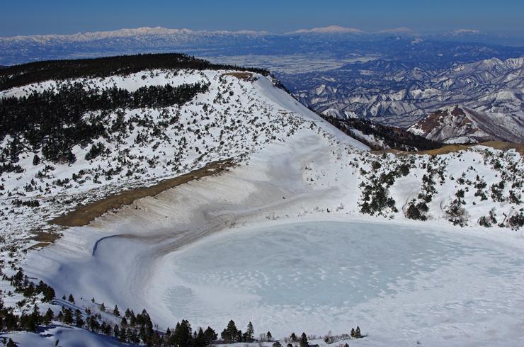 五色沼と、大朝日岳~月山遠望