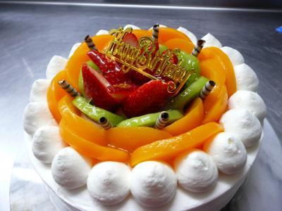 バースデーケーキ(黄桃・キウイ・苺)