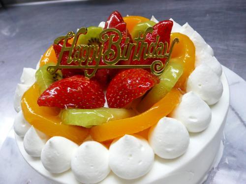 バースデーケーキ(黄桃・キウイ・苺)①