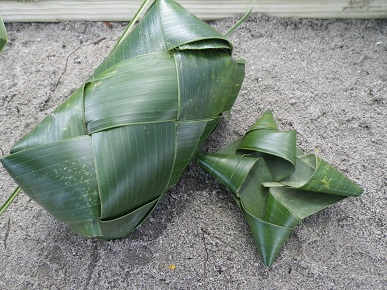 ココナッツの木の葉で…