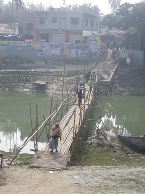 橋のむこうのヒンディー地区へ