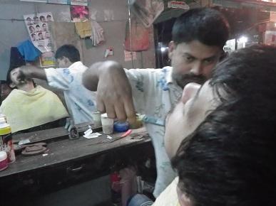 髭剃りパフォーマンス