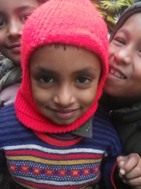 頭巾をかぶった子ども