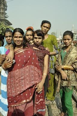 カラフルな衣装をまとった女性たち