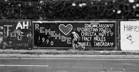 5人の犠牲者への哀悼の意を表した34thストリートのボード