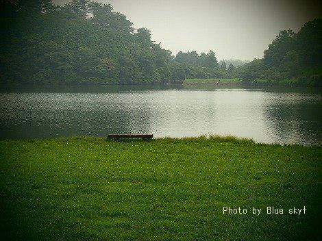 湖畔のベンチ