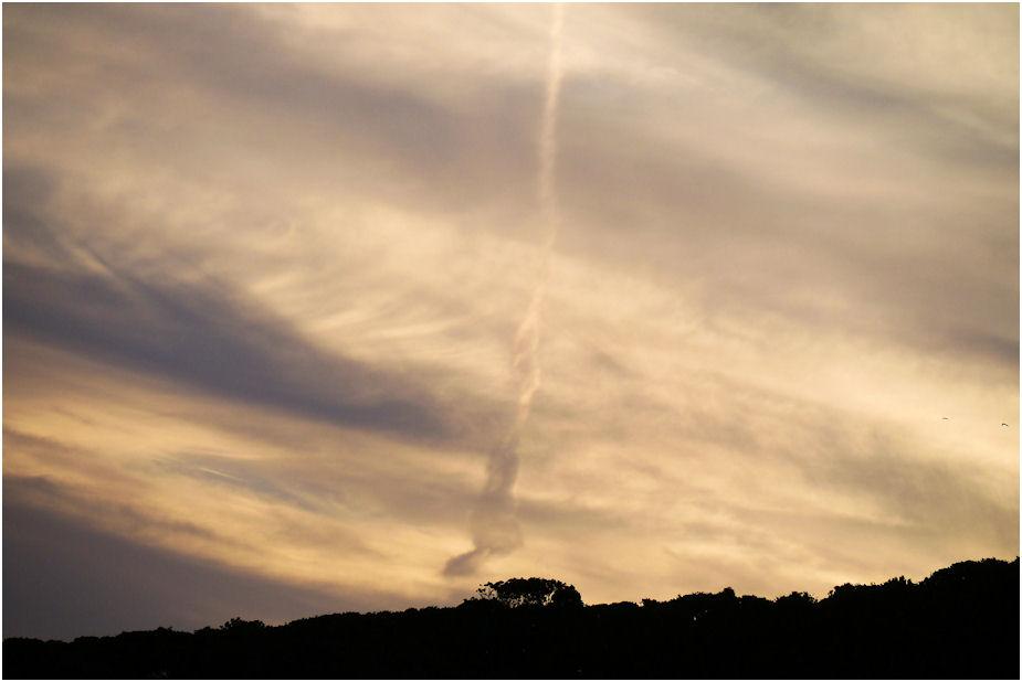 夕焼け飛行機雲
