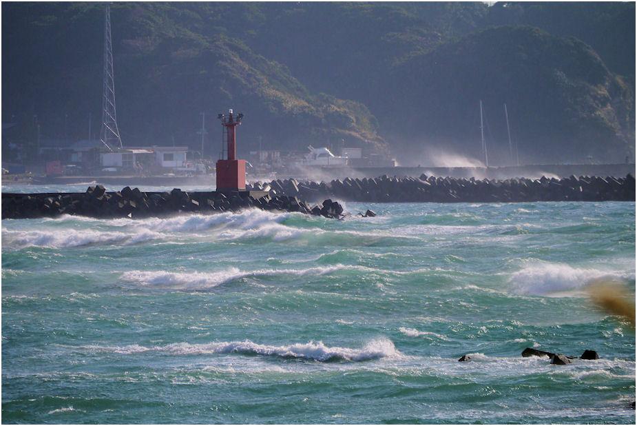時化の勝浦漁港赤灯台