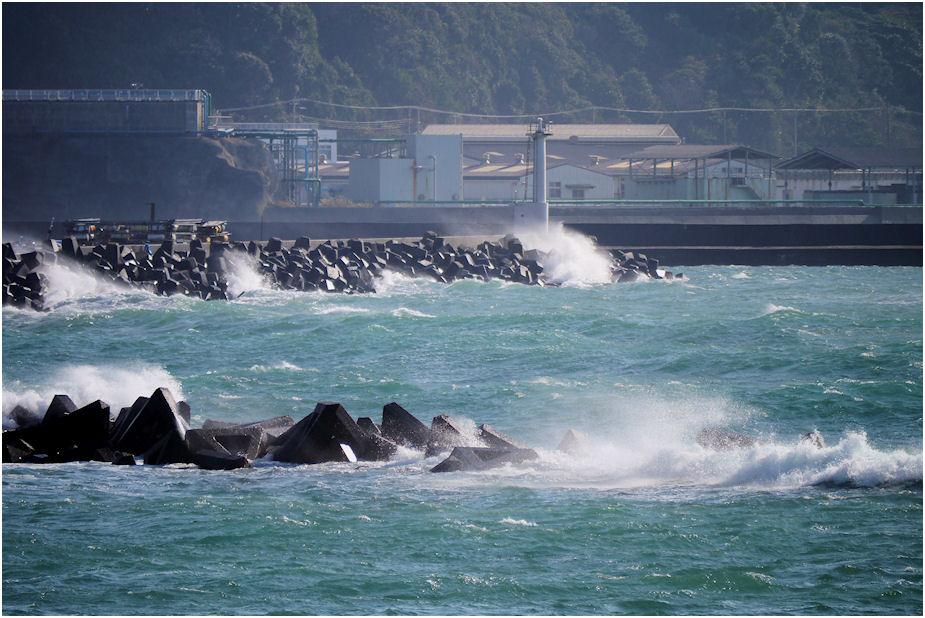 時化の勝浦漁港白灯台