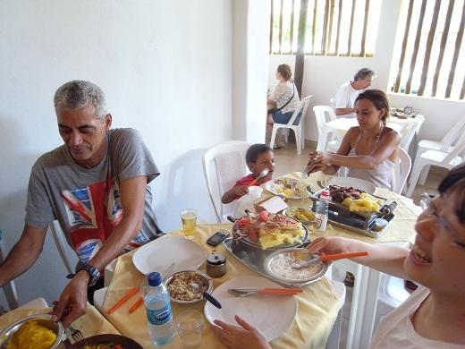 料理いろいろ。どれもおいしい。奥にいるのがトニーの姪御さんのダンダーラ。