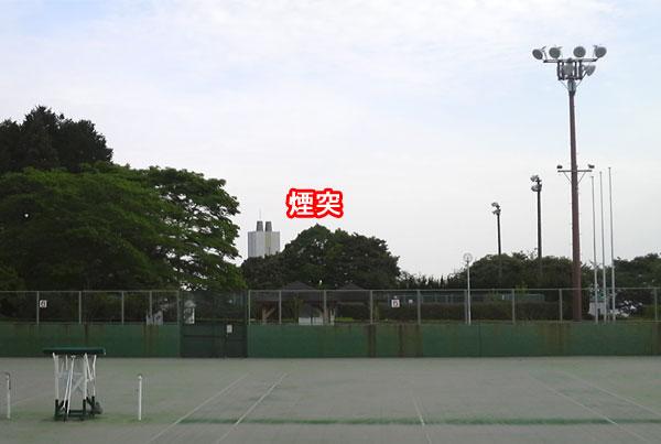 テニスコートから見る煙突