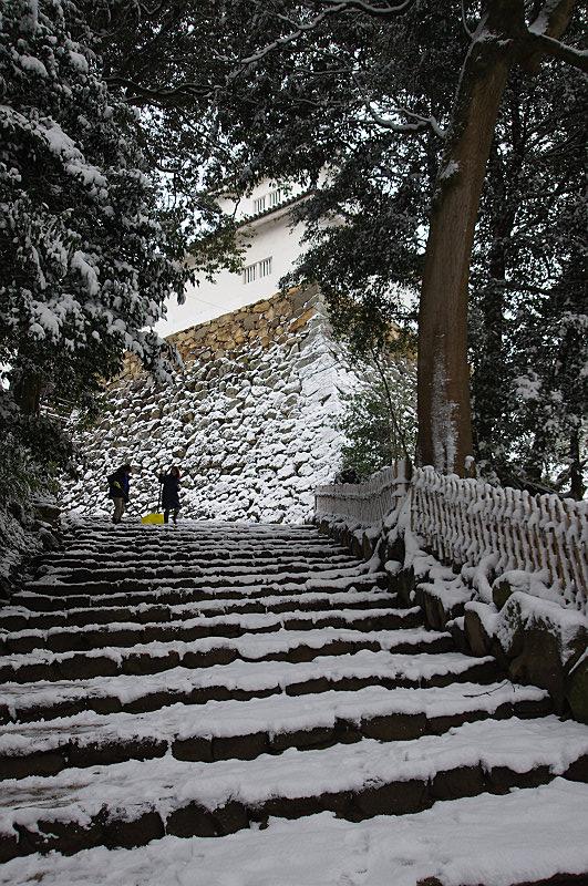 石段は除雪作業中