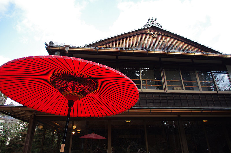 寒空に赤い傘
