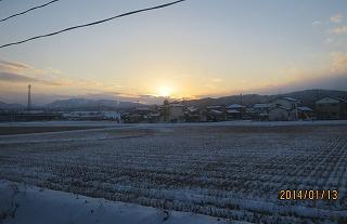 西山に日が沈む
