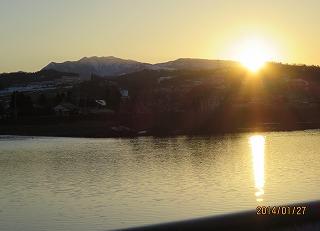 牛岳に日は沈む