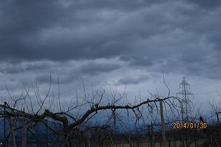 暗雲垂れ込める