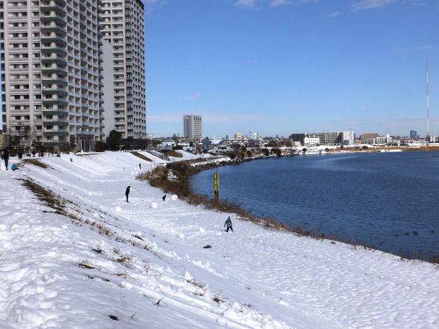 ②土手は一面の雪