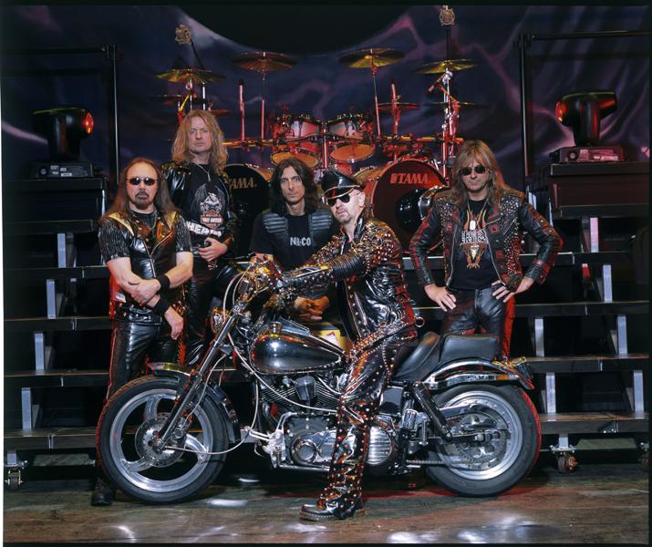 Judas_Priest 鉄の馬でステージに登場するジューダスプリーストのロブ・ハルフォード様