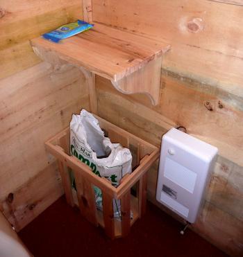 ゲストハウストイレの棚とチップ入れ