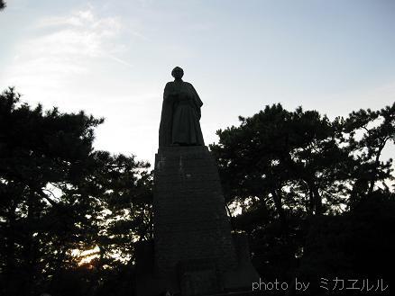 12.10.07桂浜の竜馬さんまっくろIMG_2675