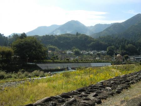中津川左岸より半原水源地を望む