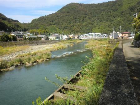 半原水源地より中津川下流を望む