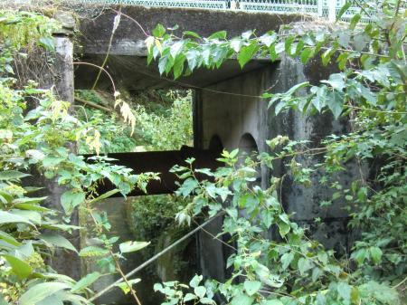 横須賀水道小河川と交差・愛川橋付近