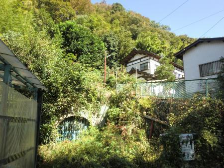角田大橋バス停前横須賀水道管路隧道入口