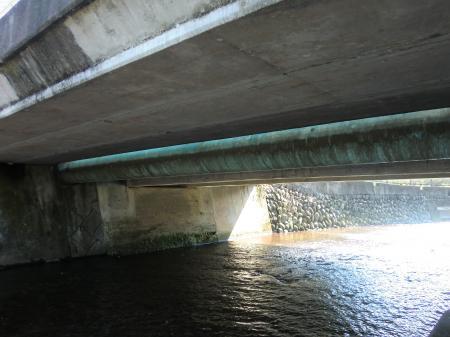 栗沢に架かる水管橋