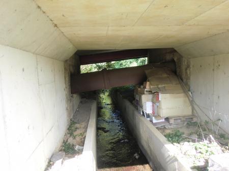 河岸段丘崖を上る導水管