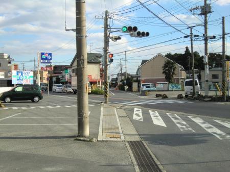 県道65号線と交差する水道みち