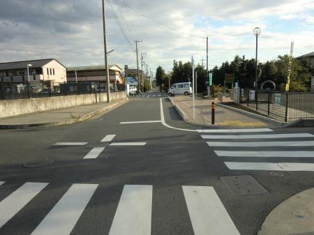 県道42号線と交差・関口