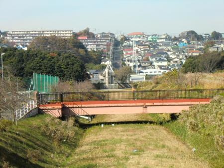 横須賀水道みち上流を望む。藤沢市西富