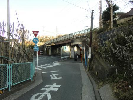 横須賀線と交差する横須賀水道みち・田浦4