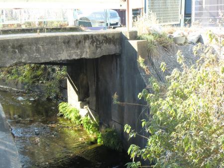 小河川と交差する横須賀水道みち・田浦町4