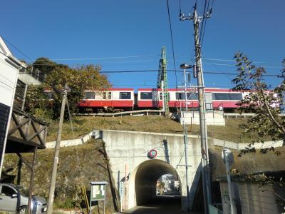 京急本線と交差する横須賀水道みち