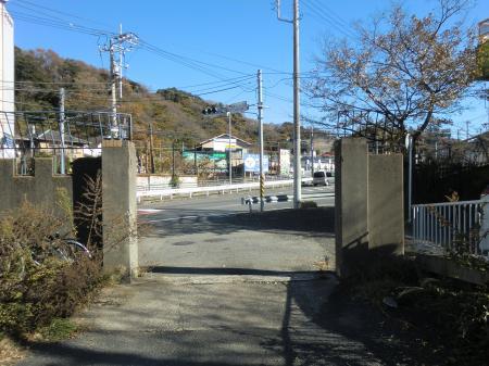 六反目橋信号付近の水道みち