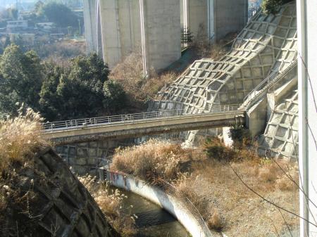 谷津川を渡る水管橋